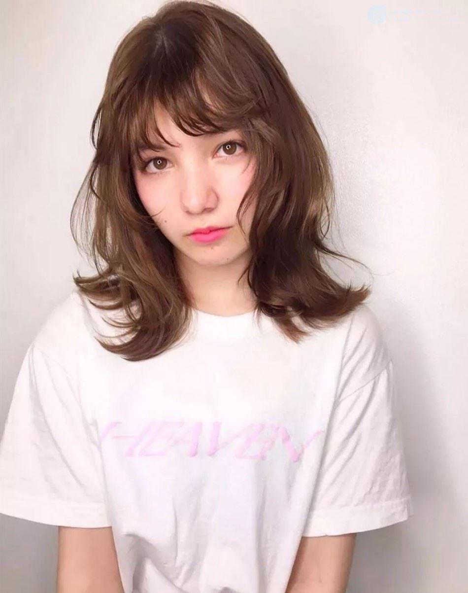 发量多的中分中长发微卷女生发型图片,凌乱中透着随性自然