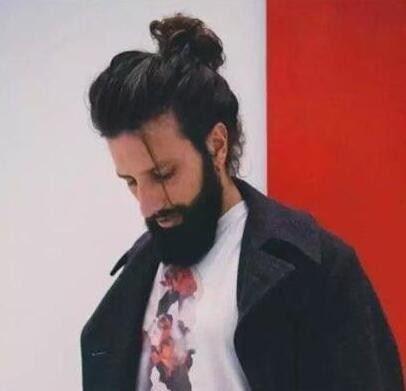 男生丸子头发型图片,帅气又减龄的欧美男人丸子头发型图