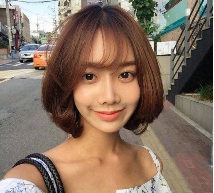 女生脸小、头发又多又硬适合什么发型