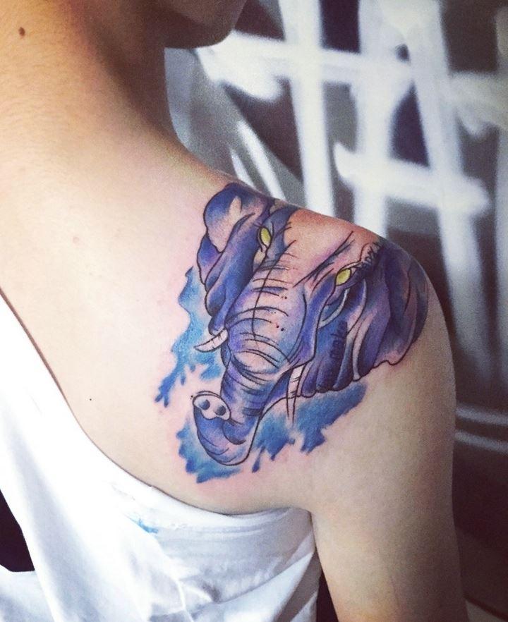 美女肩膀蓝色大象另类纹身图案欣赏图片