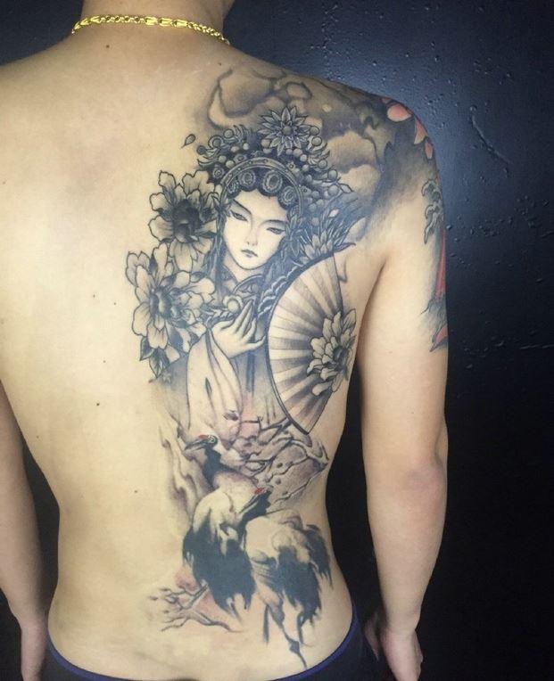 成熟男士半背黑白花旦纹身大全图片