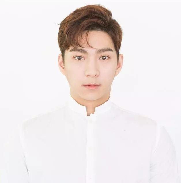 男生二八分内扣发型 逗号刘海阳光帅气