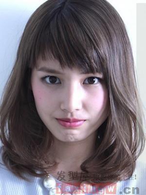 当下如何打理头发好看呢?最新新潮风的女生内扣烫发发型